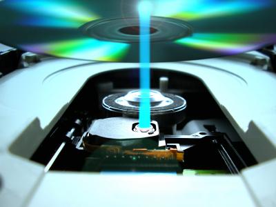 Memórias óticas utilizam raios laser em discos para registrar informação.