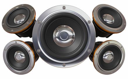 Caixas maiores produzem sons mais graves e caixas menores, mais agudos.