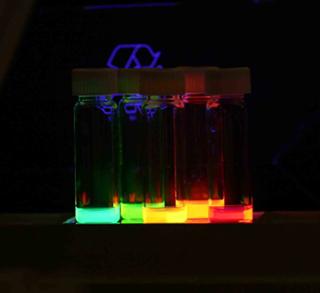 Nanocristais misturados em um solvente e irradiados por luz ultravioleta.