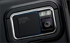 Câmera de 5 megapixels com proteção na lente e flash.