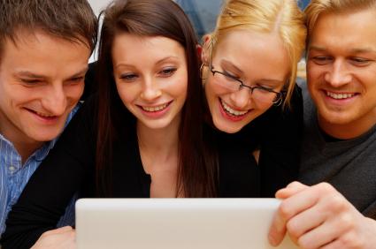 São as pessoas que montam e leem os blogs e sites, não as máquinas e sistemas.