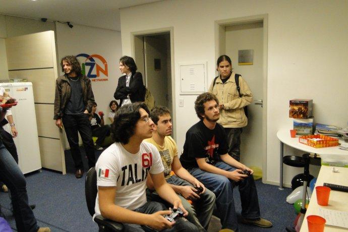 Galera da redação jogando PES 2009 depois da festinha de aniversário coletiva de final de mês