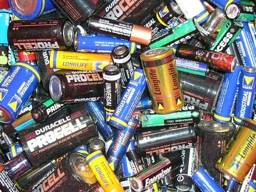 Pilhas e baterias são feitos de elementos tóxicos.