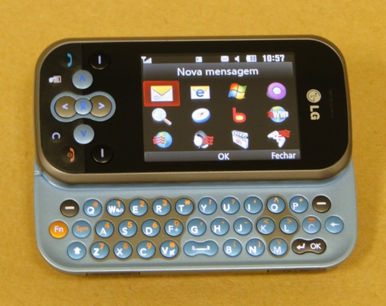 O teclado QWERT a pleno vapor, com o menu específico para quando se abre o aparelho