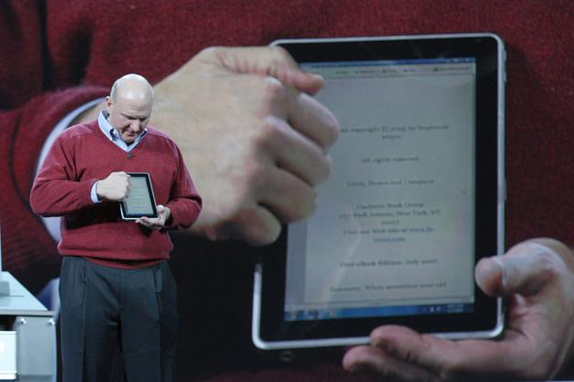 Steve Ballmer apresenta o novo tablet. Foto: Microsoft/Divulgação.