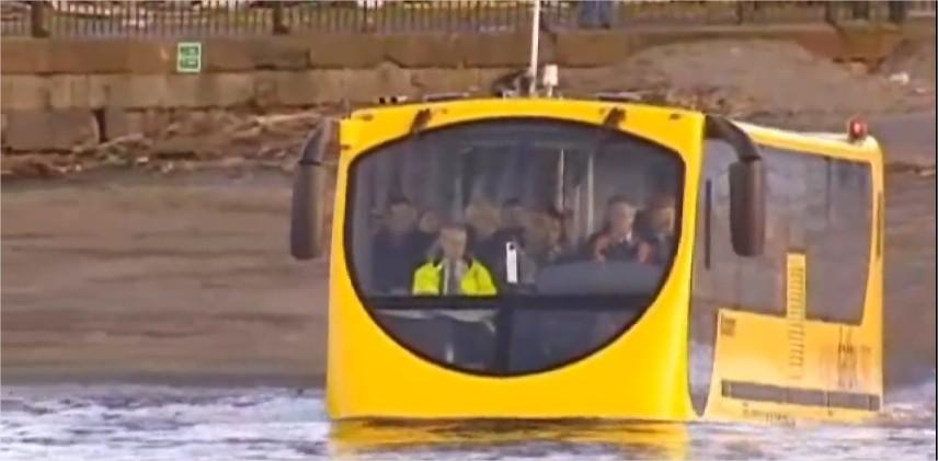 O ônibus anfíbio  pode resolver alguns problemas quando as enchentes chegam às cidades!