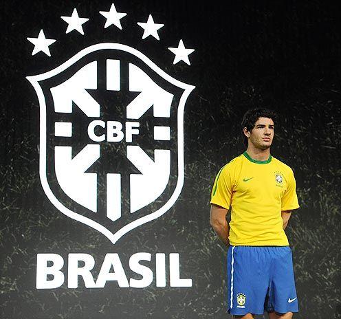 O atacante Alexandre Pato na apresentação oficial do novo uniforme da seleção. Foto: AFP