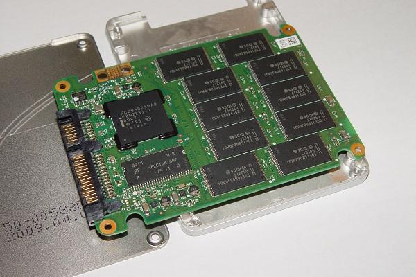 Drive SSD com 10 chips NADN flash de 16 GB. Cada chip usa 3 dies de 4 GB.