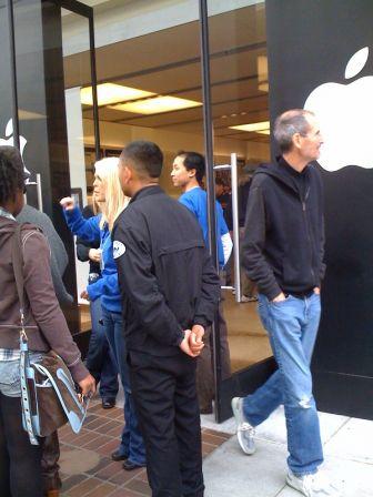 Steve Jobs sai de loja em Palo Alto