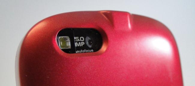 Câmera digital com flash LED.