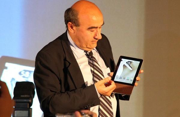 Gianfranco Lanci exibe o tablet da Acer