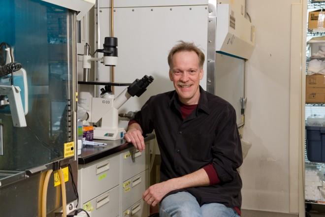 Mark Roth em seu laboratório no Fred Hutchinson Cancer Center - FHCC