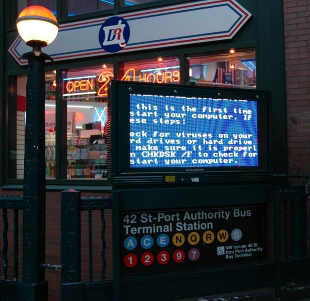 Tela azul no ponto de ônibus em Nova York