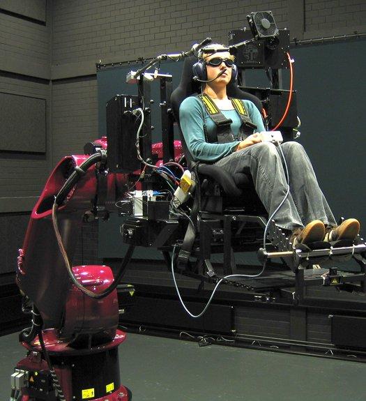Braço gigante de robô vira simulador de carros de Fórmula 1 17105