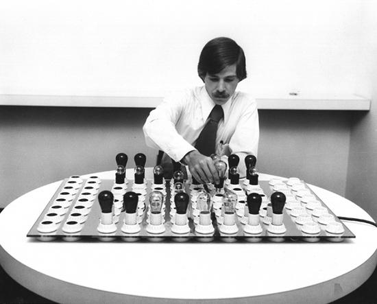 Brent Blake mostrando o funcionamento do tabuleiro elétrico