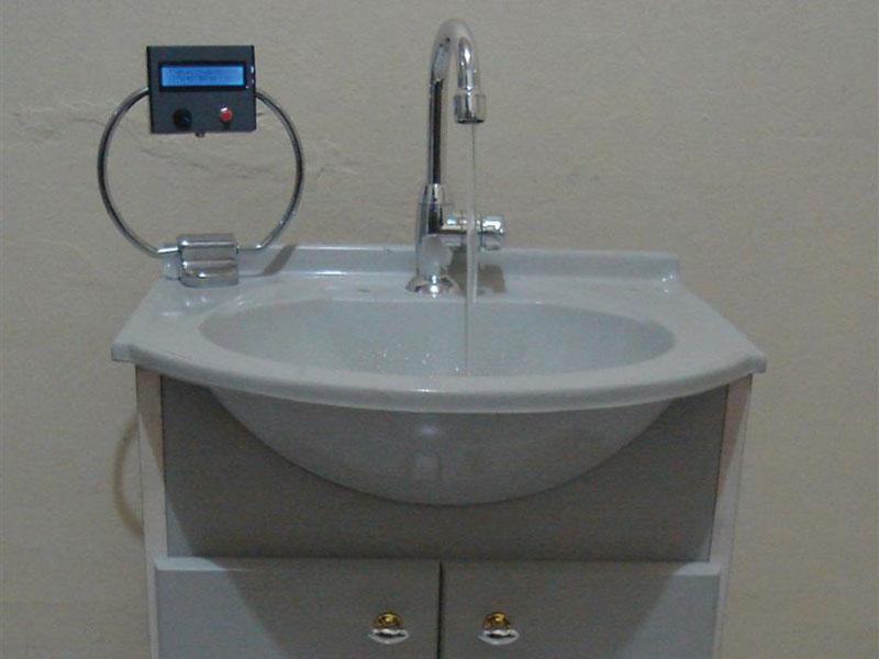 A torneira que controla e informa a vazão de água e o valor em reais.