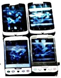 Telefones usados na pesquisa, com rastros na tela. Imagem tratada digitalmente.