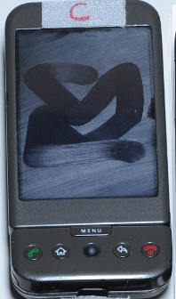 Telefone usado na pesquisa com rastros na tela. Imagem não tratada.