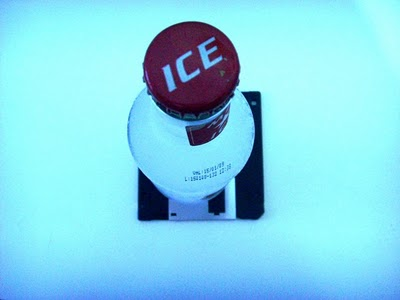Na falta de apoio  para a bebida, por que não usar um disquete?