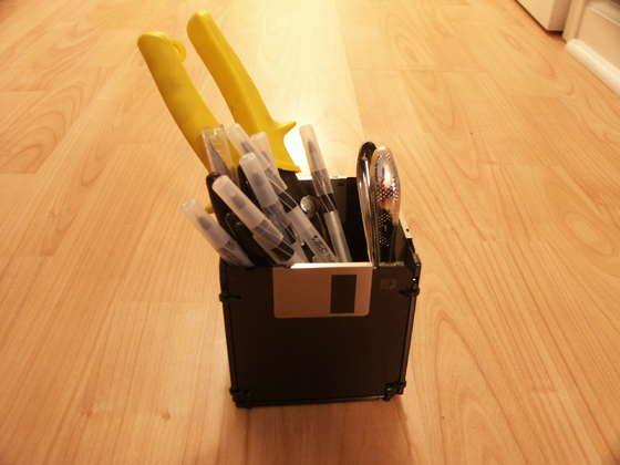 Porta-lápis feito de disquetes