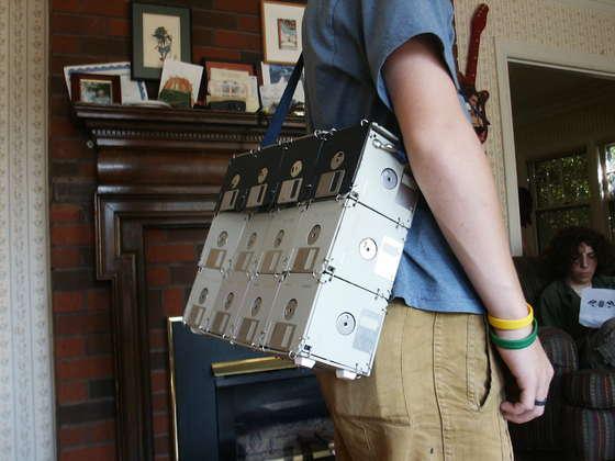 Bolsa feita de disquetes