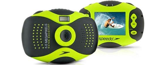 Câmera da Speedo flutua na água.