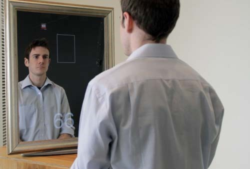 Espelho com webcam acoplada permite identificar os sinais vitais.