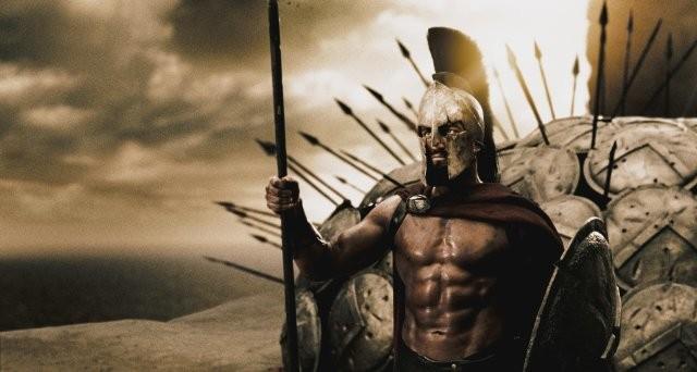 Gerard Butler ganhou bastante musculatura e foi ajudado por maquiagem para o filme 300.