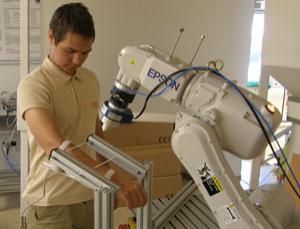 Robô esloveno soca pessoas para descobrir o quanto de dor elas aguentam.