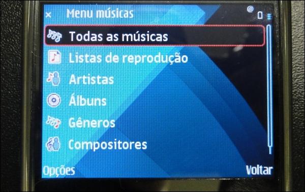 Escutando músicas.