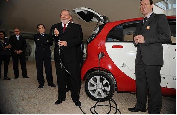 Lula conheceu o primeiro carro elétrico do Brasil.