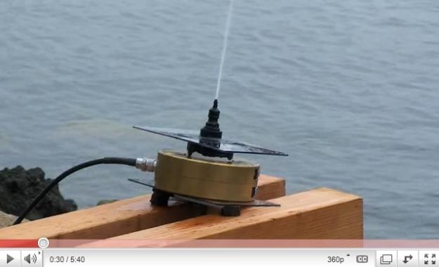 A antena de rádio que utiliza água do mar.