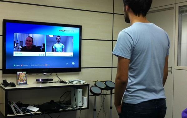 Teste da videoconferência HD através do Kinect, pelo Baixaki Jogos.
