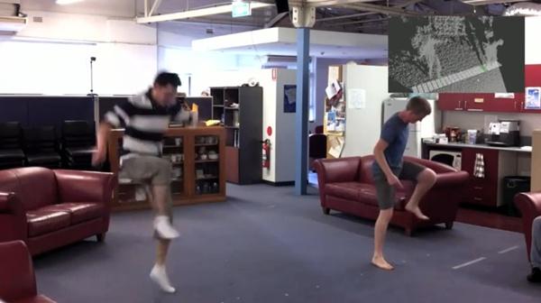 Kinect permite tocar piano em qualquer lugar.