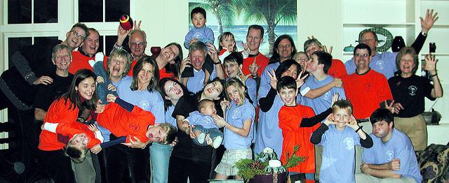 A foto com todos untos não precisa ser chata afinal, brincadeiras também fazem parte das festas