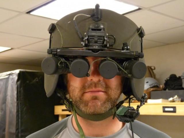 Capacete com visores e câmeras