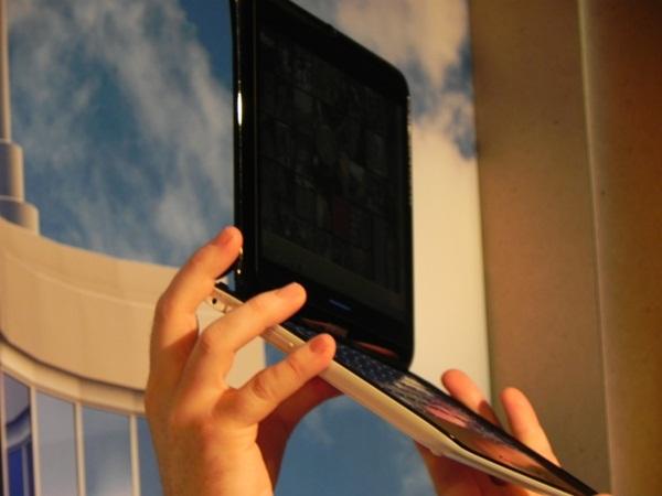 Teclado físico deslizante transforma tablet em notebook