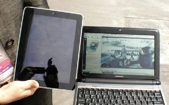 Comparação da tela da Pixel Qi com um iPad.