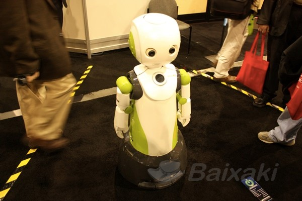 Robôs passeavam em meio aos visitantes.
