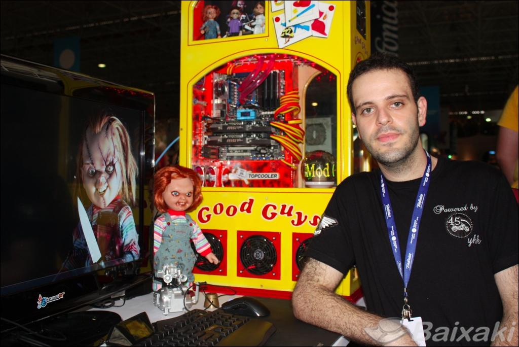 Osmar Majzoub posa ao lado de sua máquina: atração da Campus Party.