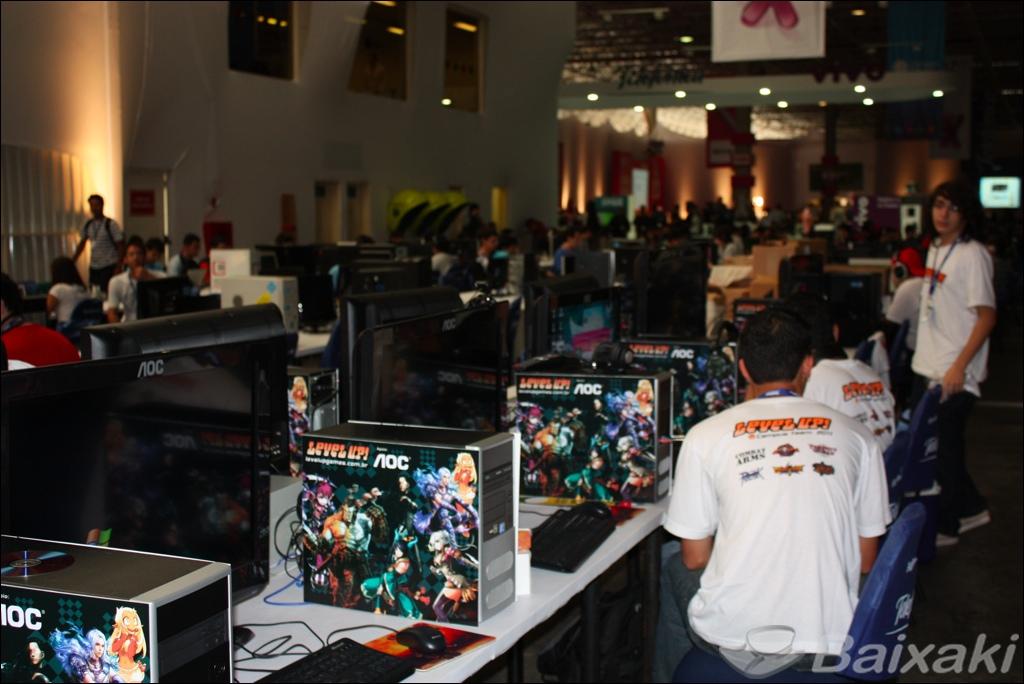 Gamers alinhados lado a lado