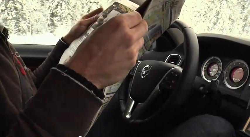 Motorista lê jornal enquanto o carro é guiado automaticamente. Fonte da imagem: Reprodução