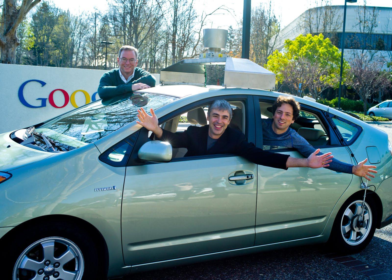 O triunvirato da Google: Schmidt (esq), Page (ao centro) e Brin (dir) em carro robô