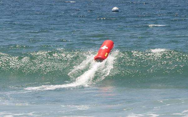 Emily, o robô salva-vidas, enfrentando uma onda no mar de Malibu