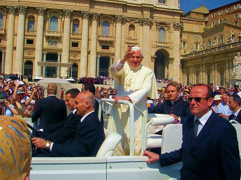 Papa Bento XVI aprova o uso moderado de redes sociais.