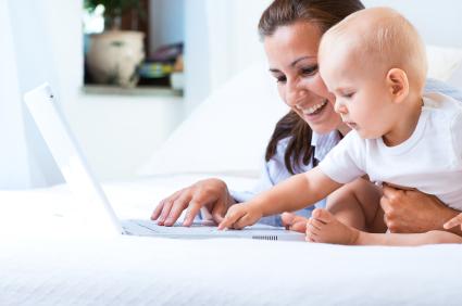 Criança aprendendo a mexer no PC.