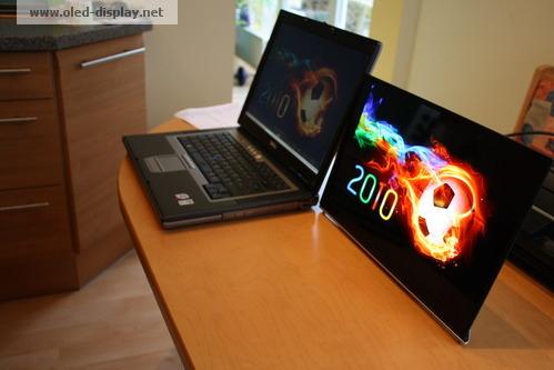 OLED comparado com um notebook LCD comum