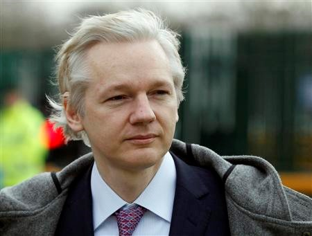 Assange, fundador do WikiLeaks, tenta permanecer em solo inglês.