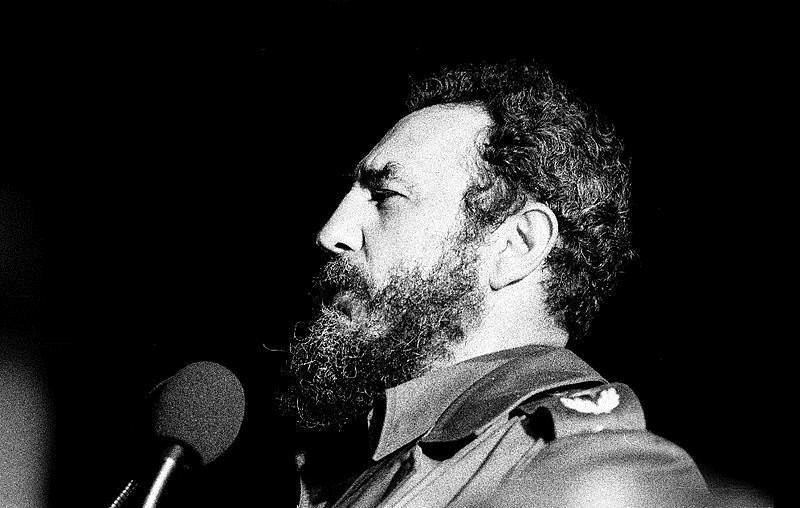 Fidel cai e a internet adentra Cuba.
