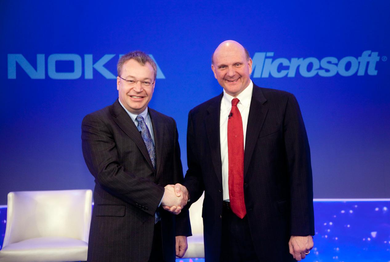 Os CEOs da Nokia e Microsoft fecham parceria. Linux vê oportunidade para crescer.